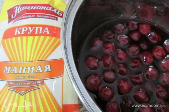 В сотейник влить вишневый сок, добавить вишню. Поставить на огонь и дать закипеть.
