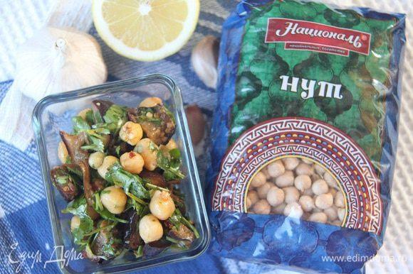 Перемешать салат с соусом-маринадом, дать настояться в холодильнике пару часов.
