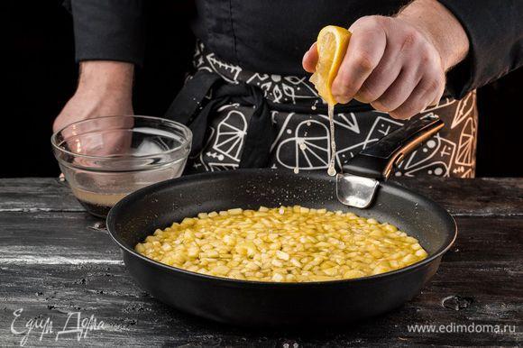 Блины печем на горячей сковороде, предварительно смазав растительным маслом. Готовим начинку. Мак заливаем кипятком и даем постоять минут 15, а затем тщательно перетираем. Яблоки очищаем и нарезаем небольшими кубиками. В сковороду кладем сливочное масло «Домик в деревне» и сахар. Подогреваем до растворения сахара, а затем кладем яблоки, поливаем лимонным соком и тушим до мягкости, добавляем мак. Доводим до состояния карамели.