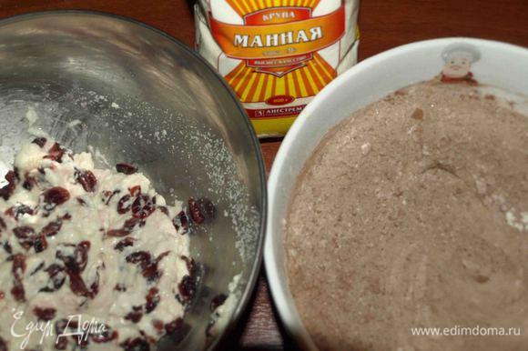С клюквы слить воду, отжать и соединить с набухшей манной крупой, сухие ингредиенты смешать.