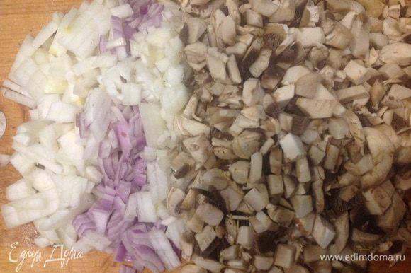 Лук, петрушку и грибы нарезать мелко.