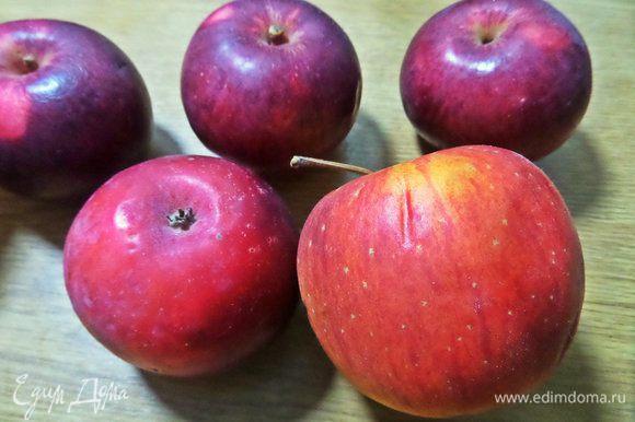 Чистим яблоки. Всего ушло одно больше яблоко на дно формы и 2 средних на стружку в тесто.