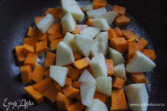 Для начинки нарезать кубиками тыкву и яблоко. В сковороде разогреть сливочное масло, припустить яблоко и тыкву, присыпав ванильным сахаром около 5 минут.