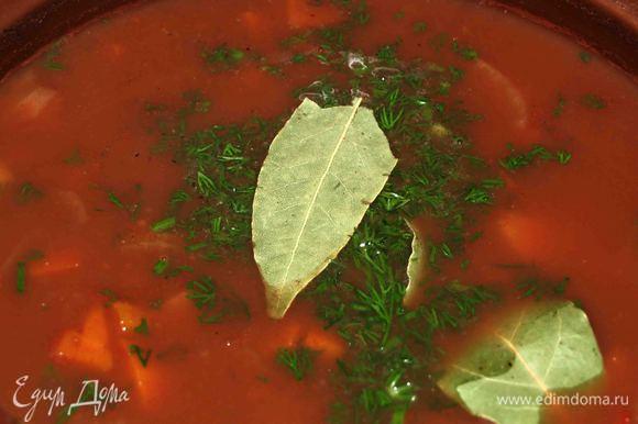 Когда суп готов, добавить оставшуюся зелень, лавровый лист. При необходимости добавить соль, перец. Варить еще 5 минут. Снять с огня и дать настояться под крышкой 10 минут. Убрать из супа лавровый лист.