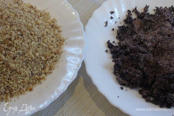 Разогрейте духовку до 180°С. Мак залейте кипятком и измельчите в кофемолке или прокрутите на мясорубке. Орехи измельчите в блендере.