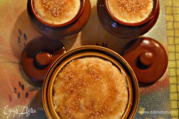 Формы (у меня получилось 3 шт.) смажьте сливочным маслом и выложите кашу. Сверху посыпьте коричневым сахаром и лепестками миндаля (оставшаяся 1 ст. л.). Поставьте формы в разогретую до 180°С духовку на 15 — 20 минут.