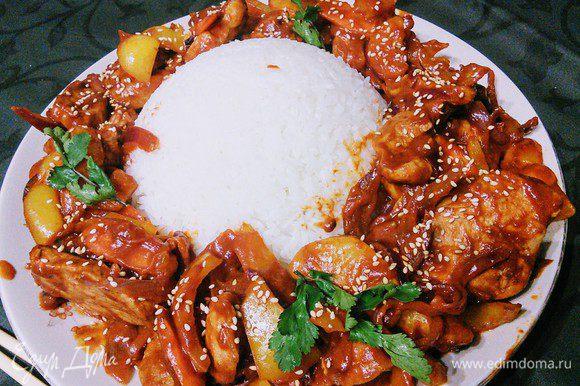 Рис идеально подходит в качестве гарнира. При подаче притрусите кунжутом и кинзой кинзой.