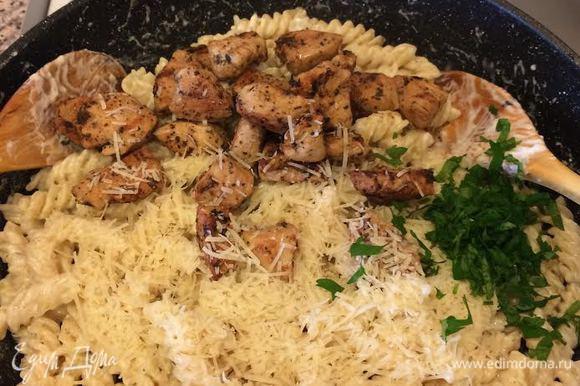 Затем добавить куриные грудки, петрушку, пармезан и аккуратно перемешать.