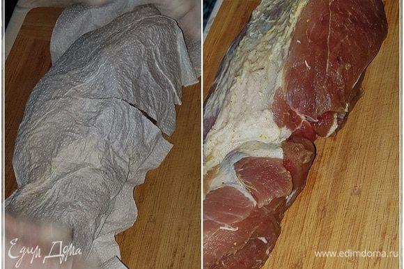 Когда мясо из лотка достанем, то надо его хорошенько обсушить. Бумажные полотенца тут самое лучшее.