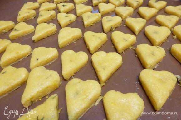 По истечении времени раскатаем тесто в пласт толщиной 0,5 см. Вырежем формой сердечки. Выпекаем при 180°С минут 15 — 20.