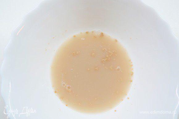 Дрожжи разводим в воде с сахаром и оставляем на 5 минут.