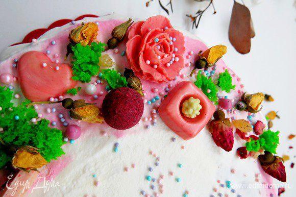 Украшаем по желанию: у меня в честь праздника влюбленных чайные розы, цветы и сердца из белого шоколада, окрашенного розовым красителем, бусины, посыпка, бисквит-мох.