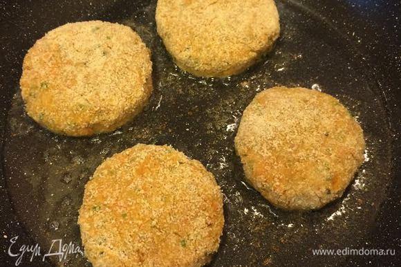 В сковороде с толстым дном разогреть растительное масло и обжарить котлеты.
