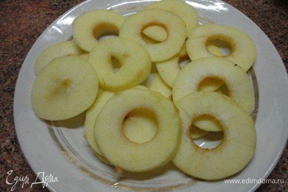 Яблоки очистить от кожицы и сердцевины и нарезать тонкими кружочками. Чем тоньше кружочки, тем лучше пропекутся оладьи.
