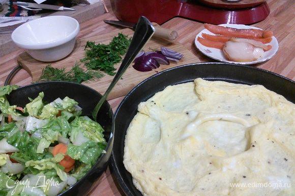 На разогретом масле жарим омлет. В это время заправляем салат. Рыбу режем тонкими ломтиками. Зелень по вкусу.