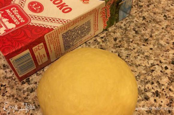 Замесить нежное, гладкое тесто. Тесто месить 5 — 10 минут.