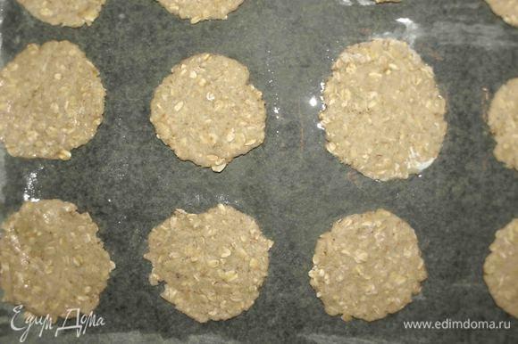 Выкладываем на противень, застеленный пекарской бумагой (бумагу смазать растительным маслом), и отправляем на 10 минут в заранее разогретую до 180°С духовку.
