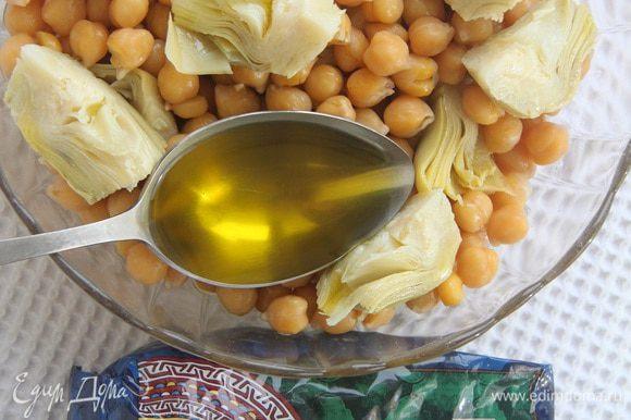 Выложить артишоки к нуту, заправить 2 ст. л. оливкового масла.
