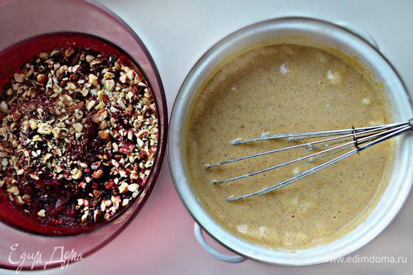Добавьте к яичной смеси простоквашу, растительное масло, манку, муку и разрыхлитель. Хорошо перемешайте все до однородности и дайте постоять 15 мин. Добавьте в полученную массу свеклу с орехами и специи. Выложите полученную массу в формочки для выпечки (я использовала силиконовую форму) и выпекайте около 45 мин при 170°С. Готовность маффинов проверяйте деревянной шпажкой или зубочисткой.