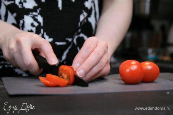 Нарезать помидоры и зеленый лук.