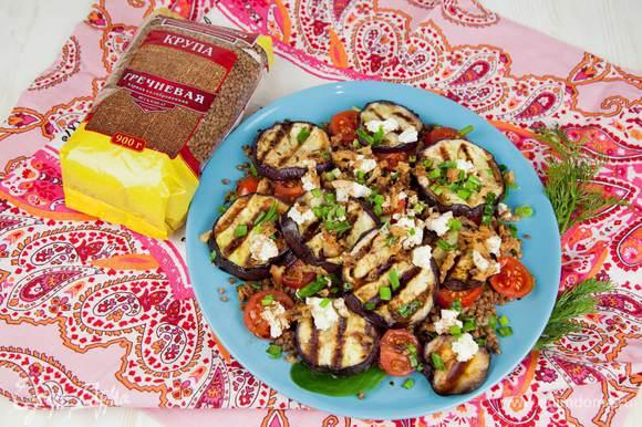 Салат готов. Его можно подать как на одном большом блюде, так и сразу сервировать по порциям.