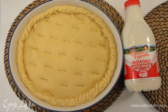 Накрыть последним кругом и защипать края. Проткнуть местами вилкой, чтобы пирог не вздулся во время выпекания.