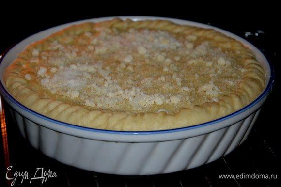 Крошка: растереть замороженное масло с сахаром и мукой в крошку. Выпекать сперва при 70°С 30 минут, посыпать крошкой, затем еще 30 минут при 200°С. Пирог поднимется и слегка подрумянится.