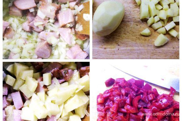 Добавляем лук и чеснок к мясу, обжариваем до прозрачности лука, еще минут 5. Чистим картофель и нарезаем мелким кубиком. Отправляем картофель в кастрюлю и обжариваем еще минут 5. Нарезаем перец и бросаем в кастрюлю.