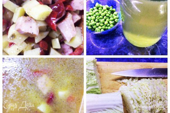 Обжариваем все вместе. Вливаем в кастрюлю куриный или овощной бульон (можно и кипяток просто), смотрим за консистенцией, кто любит пожиже, кто погуще. Пока варится суп, нарезаем пекинскую капусту тонкими полосками.