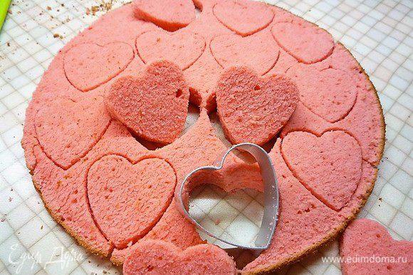 Вырезаем специальными вырубками фигурки-сердечки.