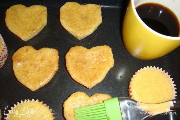 Для сиропа смешать горячий крепкий кофе с коньяком и сахаром. Пропитать им кексы 4 раза.