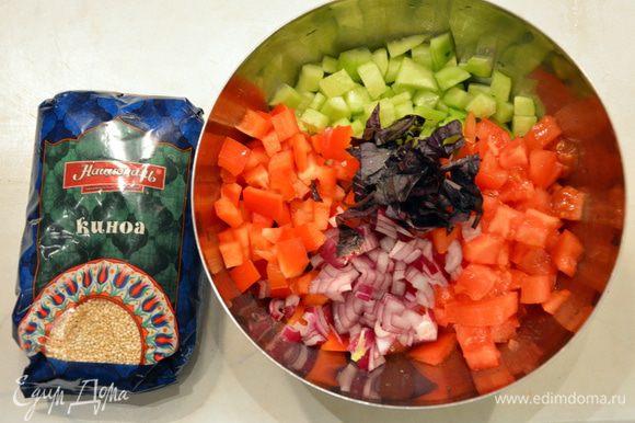 Огурцы, помидоры, лук, перец нарезать кубиками. Базилик мелко накрошить.