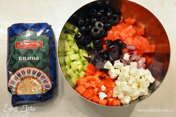 Добавить нарезанные маслины и сыр фета. Добавить киноа.