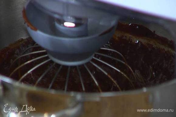 Понизить скорость комбайна и, продолжая взбивать, тонкой струйкой влить растопленный шоколад с маслом.