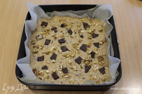 Тесто выложить в форму, сверху посыпать остатками шоколада и орешками.
