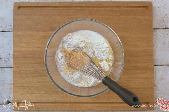 Яйца взбить с солью и сахаром, влить в муку. Нужно добиться консистенции теста, как жидкая сметана, добавив при необходимости еще немного воды.