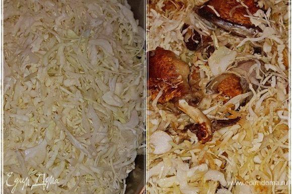 И капуста. Немного потомите, потом переворошите. Перемешайте очень тщательно, чтобы вся капуста жиром пропиталась. И опять под крышку на маленький огонек.