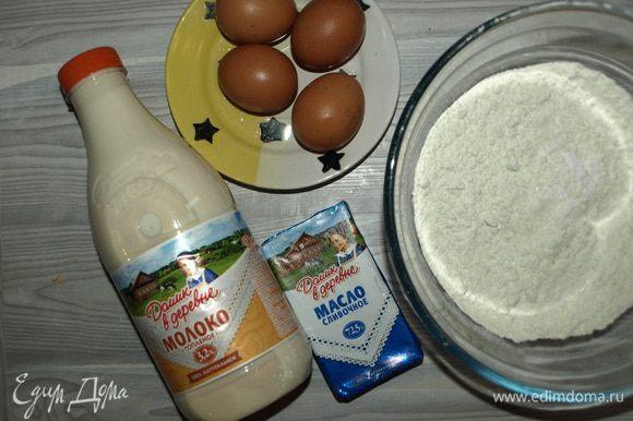 Приготовить необходимые продукты для блинов. Муку просеять и смешать с сахаром, солью, содой.