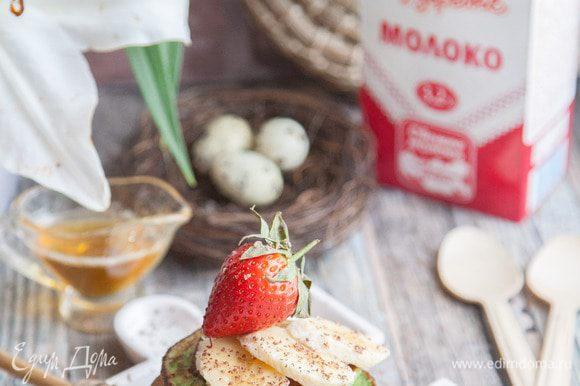 Подавать оладьи со сметаной, ягодами, йогуртом, медом или шоколадом. Приятного аппетита!