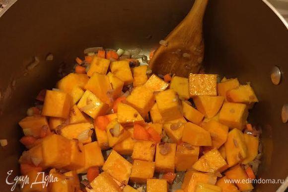 Лук и чеснок потушить до золотистого цвета. Добавить остальные овощи и тушить 5 — 7 минут.