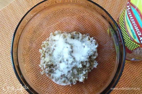 Соединяем в отдельной миске заранее приготовленную гречневую крупу ТМ «Националь» с сахаром (в том числе и ванильным) и мягким сливочным маслом.