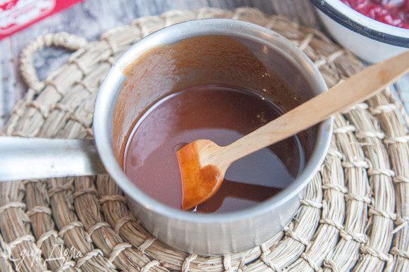 Масло и шоколад растопить на водяной бане.