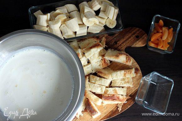 Сахар взбиваем с яйцами, вводим сливки и молоко «Домик в деревне», крахмал и ваниль. Формы щедро смазываем сливочным маслом.