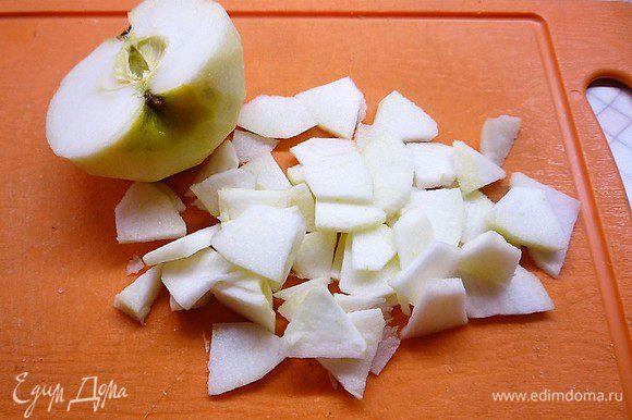 Яблоки моем, разрезаем на четыре части, удаляем сердцевину и нарезаем тонкими дольками.