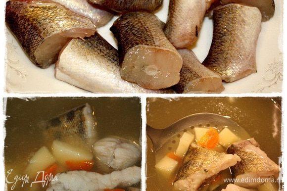 Поварив их минут 10 — 15. Пока картошка будет почти готова. А потом уже рыбку в кастрюльку и отправим. И варим на небольшом огне. Тут посолить надо. Вернее, скорректировать уху на соль. До уже достижения, практически, готового вкуса. Рыба сварится довольно быстро. За это время и картошка с морковкой дойдет. И как только рыба побелела, в общем, сами увидите, что она почти готова.