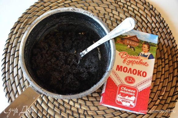 Добавить к маку молоко «Домик в деревне», сливочное масло, сахар, перемешать. Поставить на огонь и выпарить жидкость. Следите, чтобы молоко не убежало во время варки. Пока вы будете жарить блины, начинка будет готова.