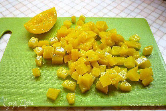 Персики нарезаем маленькими кубиками.