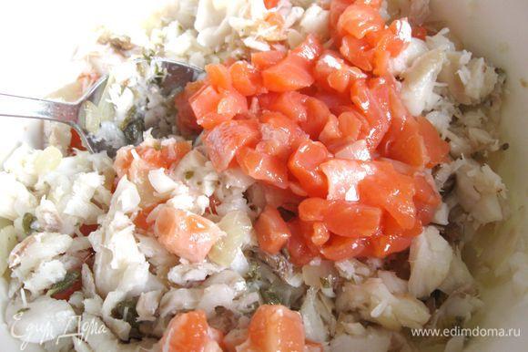 К белой рыбе добавить порезанную кусочками слабосоленую форель.