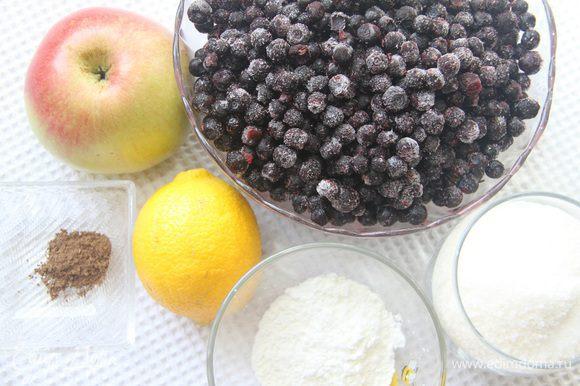 Для начинки понадобятся: 600 г черники, 1 стакан сахара, 1 большое яблоко, 1 ч. л. цедры лимона, 1 ст. л. лимонного сока, 1/4 ч. л. молотой корицы, а также 2,5 ст. л. крахмала, разведенного 2 ст. л. воды.