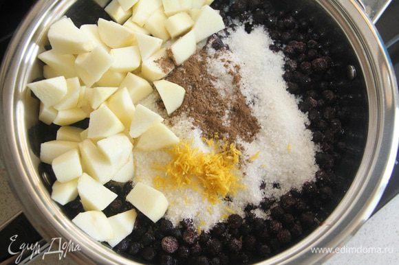 В сотейнике соединить чернику, яблоко, нарезанное кубиком, сахар, сок и цедру лимона, корицу.